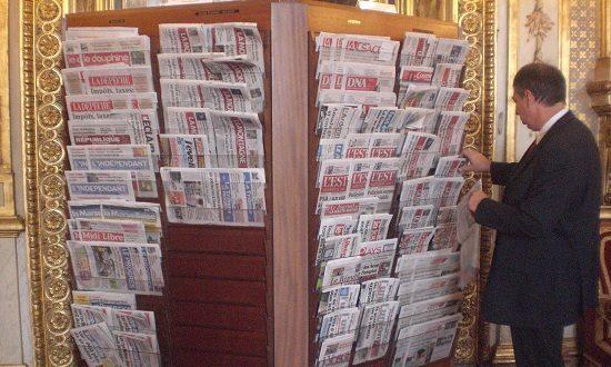 Présentoir de presse au Sénat en 2012. CC-by par ActuaLitté.
