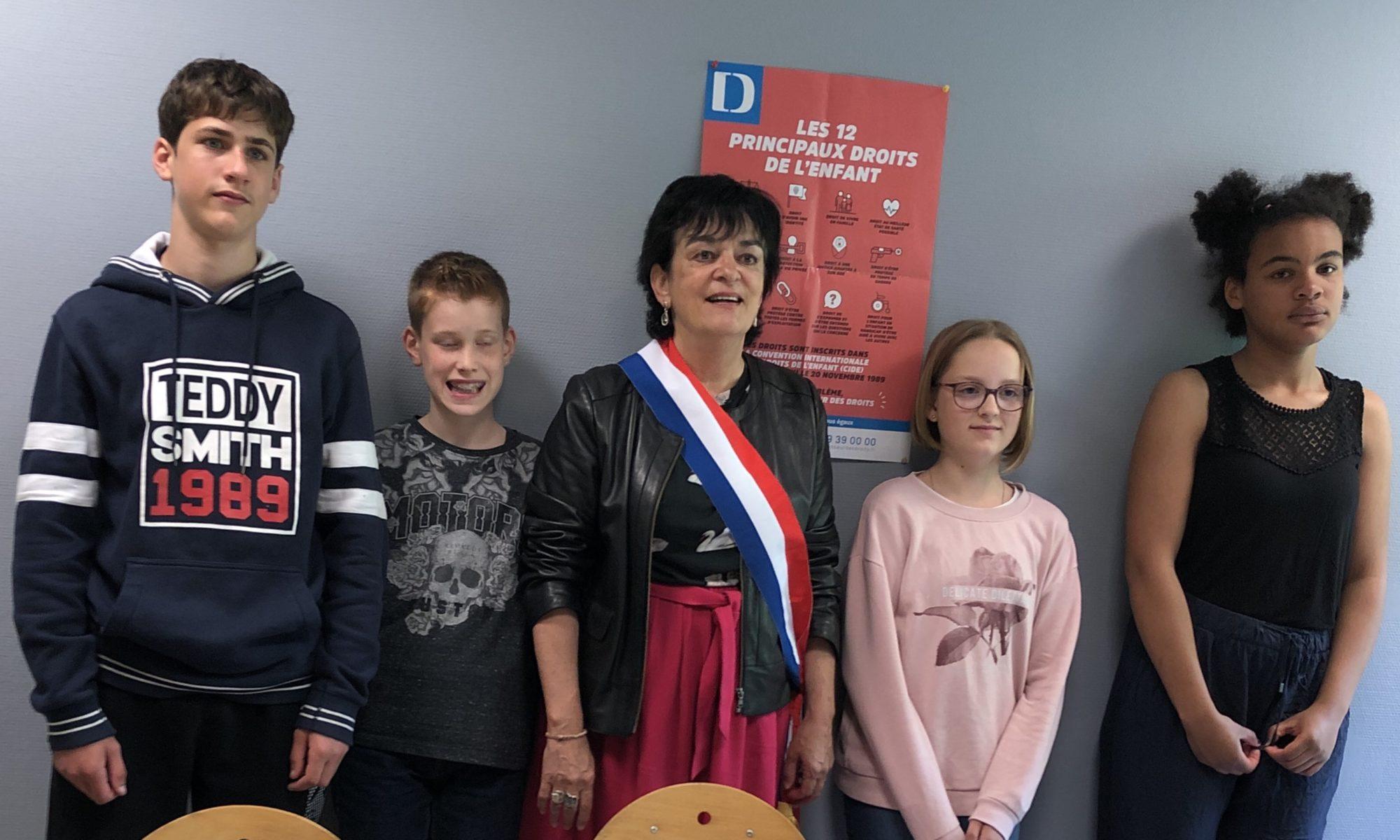 Michelle Meunier entourée des collégien·ne·s de Debussy à Nantes, qui se sont intéressés aux violences éducatives ordinaires.