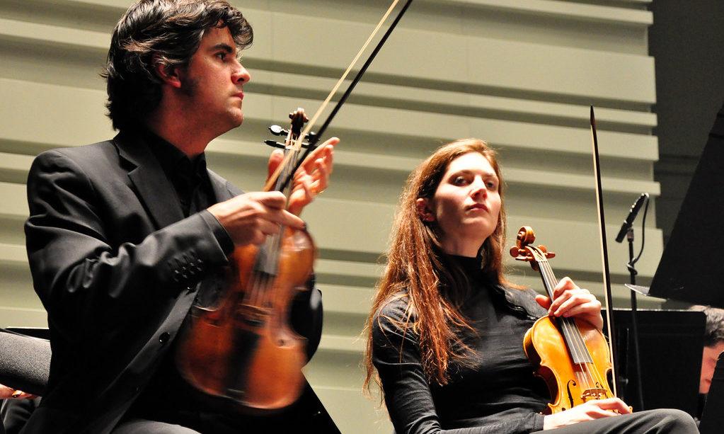 Deux violons (Luis Otavio Santos et Sophie Gent - Ricercar Consort) lors de la Folle Journée à Nantes en 2009, CC-by-nd par Pierre Maura https://flic.kr/p/5WZhNV.