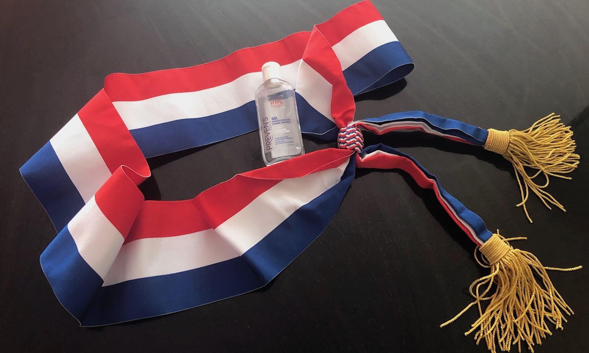 Flacon de gel hydroalcoolique et écharpe tricolore. CC-by-4.0 par Michelle Meunier