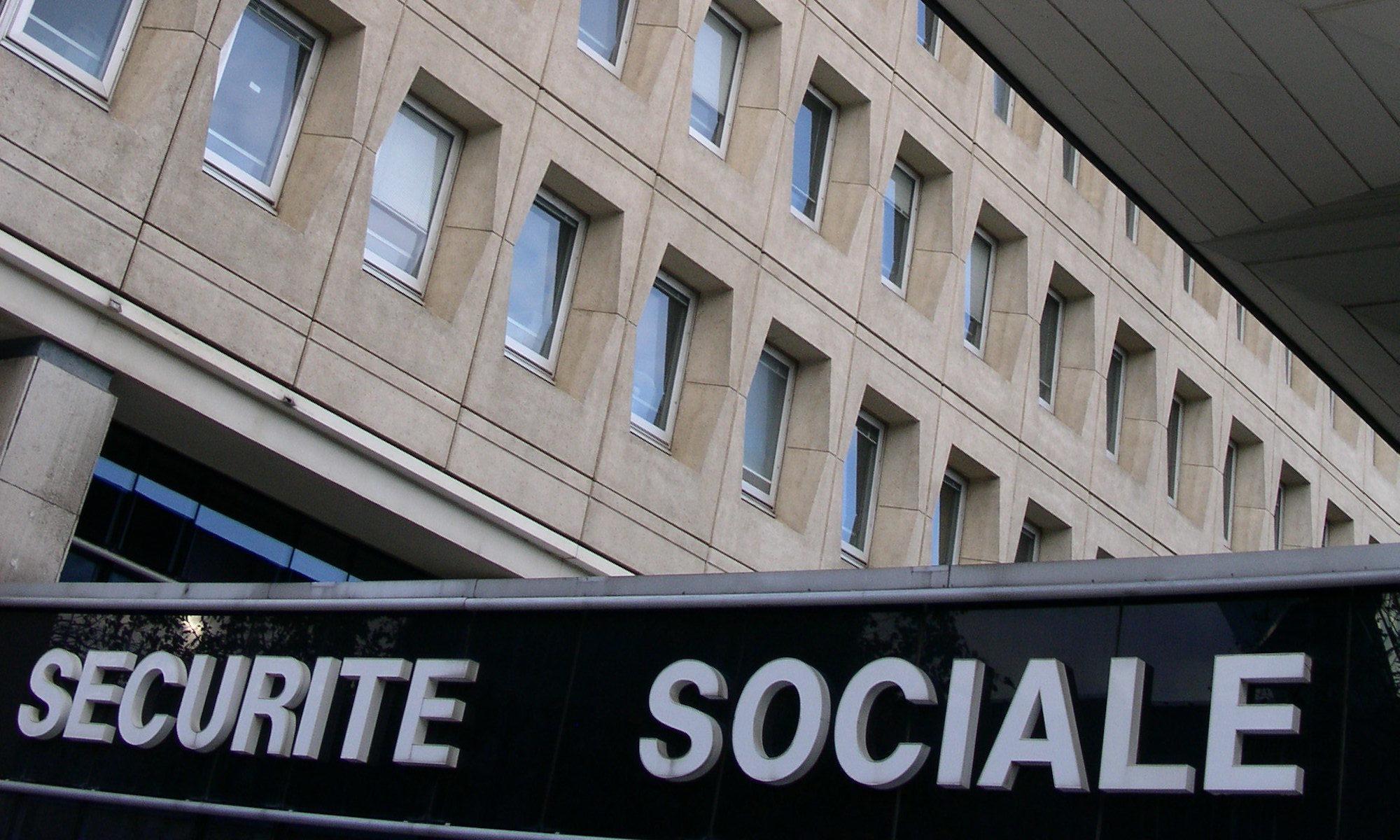 Sécurité social Rennes, Public Domain par 01.Camille https://commons.wikimedia.org/wiki/File:S%C3%A9curit%C3%A9_sociale_Rennes.JPG