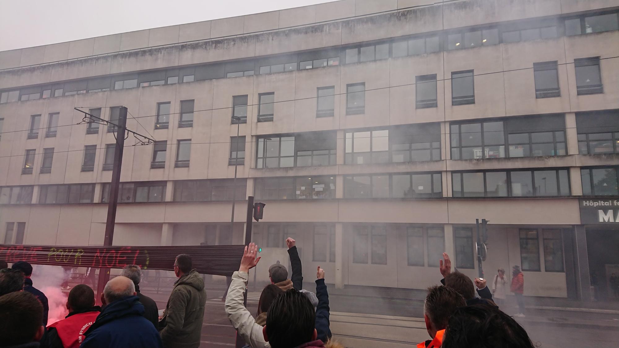 Mardi 17 décembre 2019, en matinée : le défilé contre la réforme des retraites salue le personnel mobilisé de la maternité du CHU de Nantes